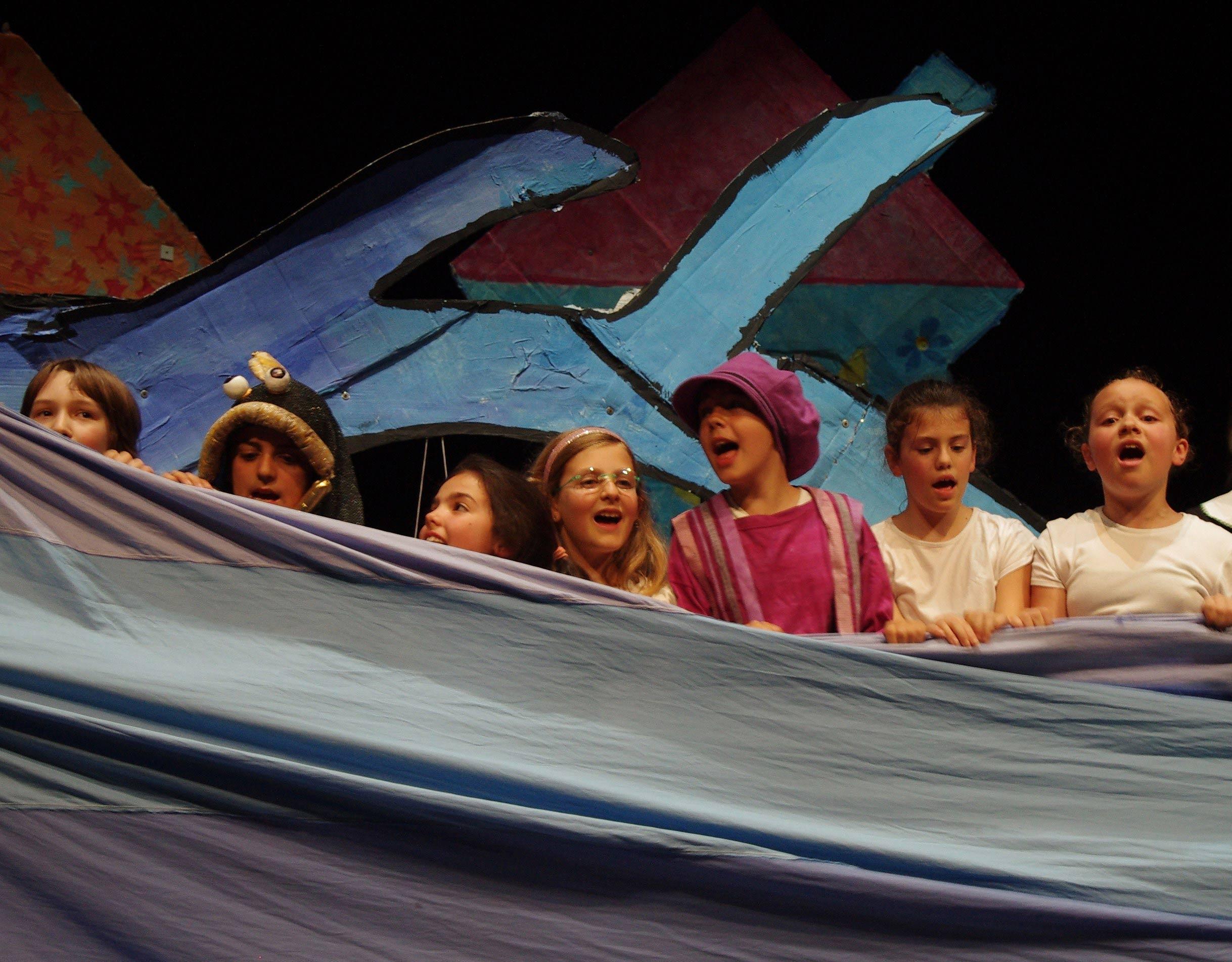Bambini recitano sul palco
