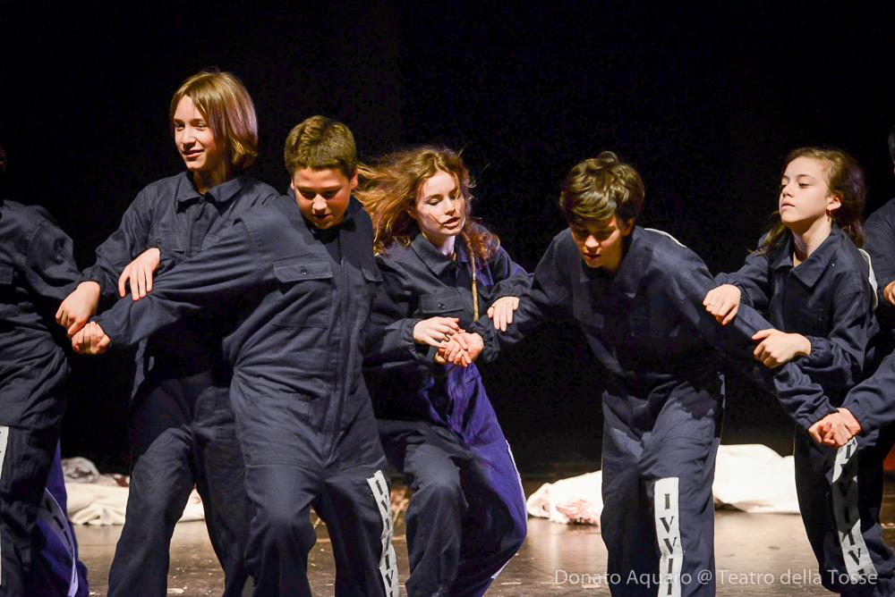 Alcuni bambini in scena sul palco