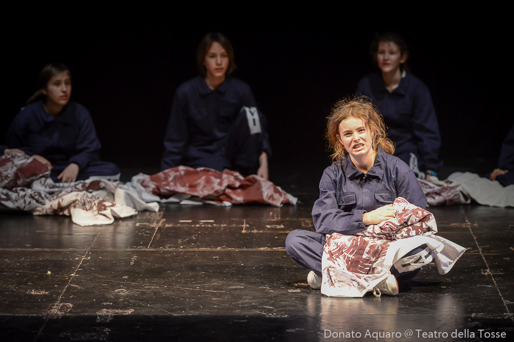 4 ragazzi sul palco di un teatro