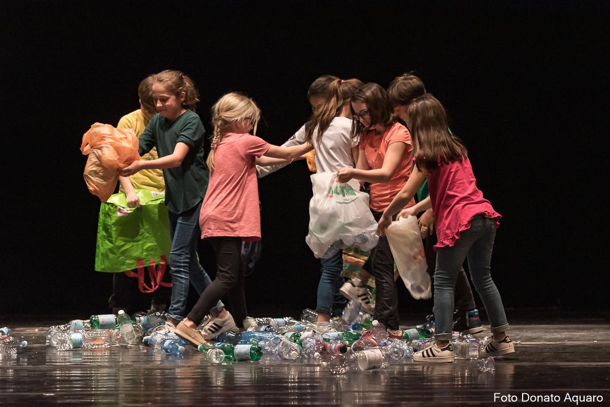 Bambini fanno il girotondo sul palco