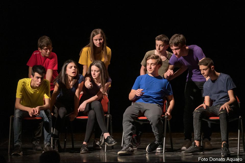 Gruppo di adolescenti in scena sul palco