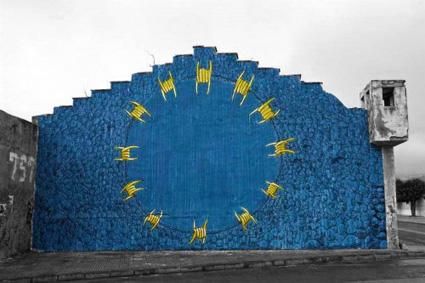 bandiera dell'Europa ricopre palazzo