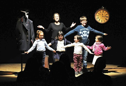 L'attrice in scena con i bambini del pubblico
