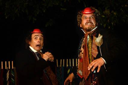 I due attori in scena con un piccolo cappello rosso sulla testa