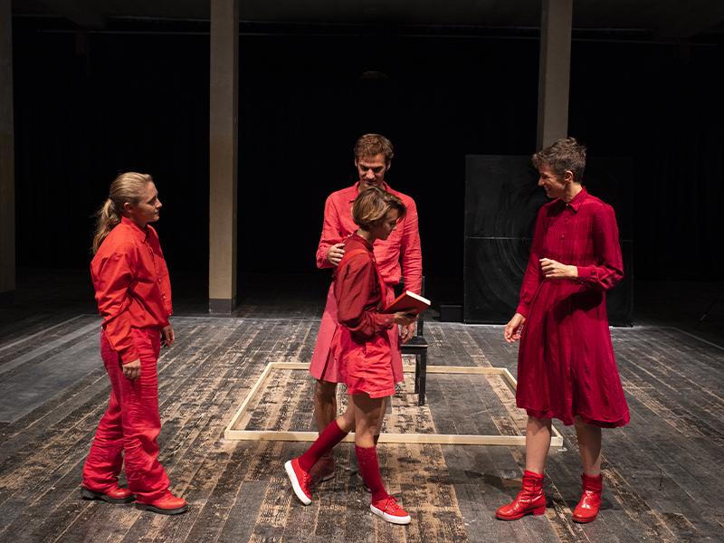 quattro attori e attrici tutti vestiti di rosso