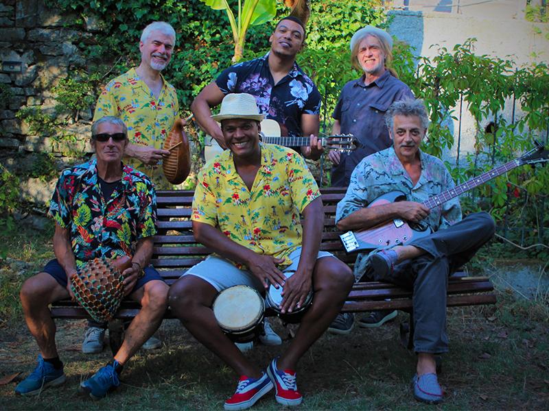 Amilcar Delgado y Los Rey Montuno foto di gruppo in camicia floreale