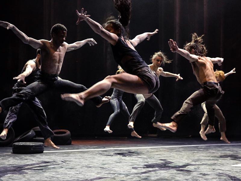 danzatori che saltano facendo una spaccata aerea
