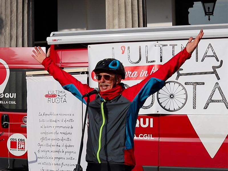 un ciclista dell'ultima ruota parla al microfono