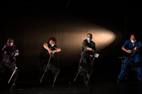 due allievi in scena con due sedie e un fascio di luce a illuminarli