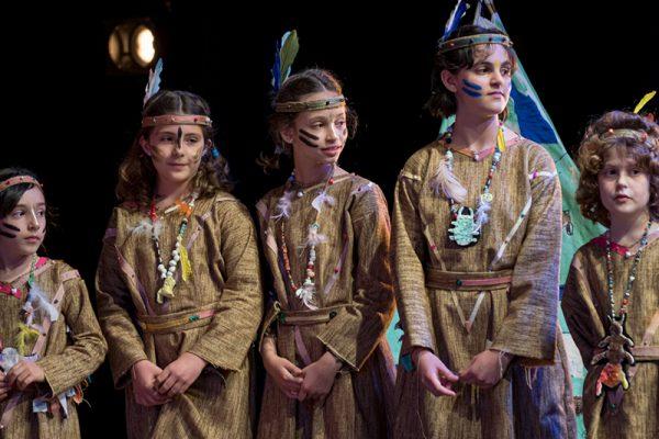 allievi bambini vestiti da indiani d'America