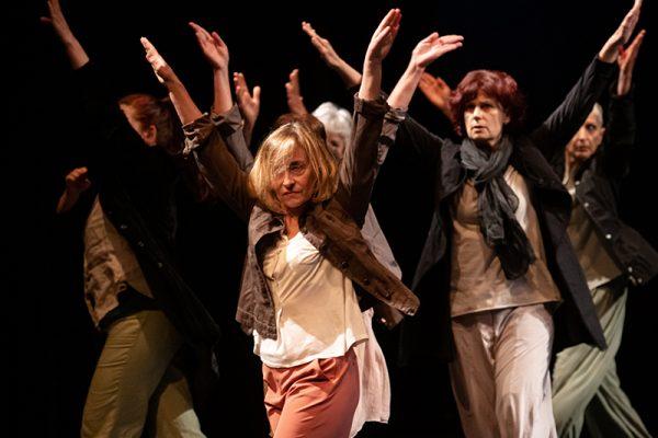donne danzano con braccia alzate