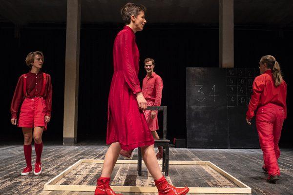 un'attrice vestita di rosso cammina