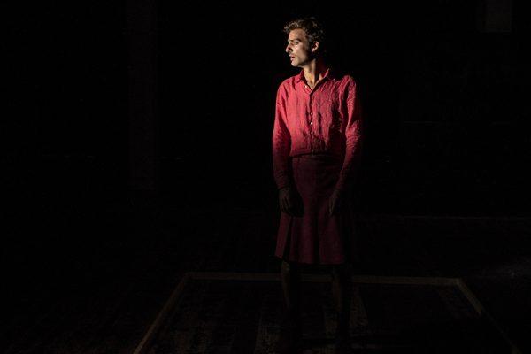 un attrice vestita di rosso