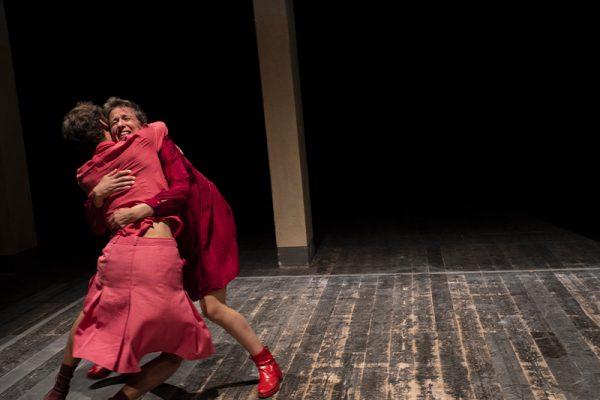 due donne vestite di rosso si abbracciano
