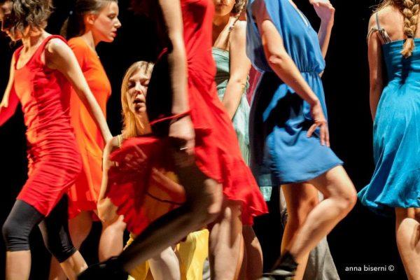 Attrici si muovono sul palco