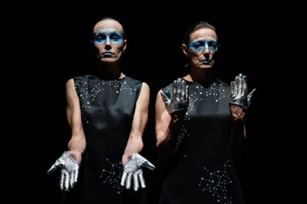 due attrice con trucco azzurro