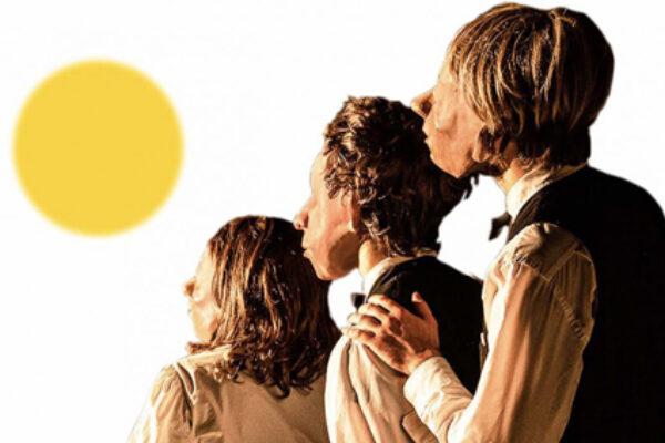 Attori della Familie Flöz in maschera guardano il sole