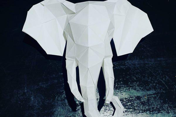 un grande elefante bianco di carta