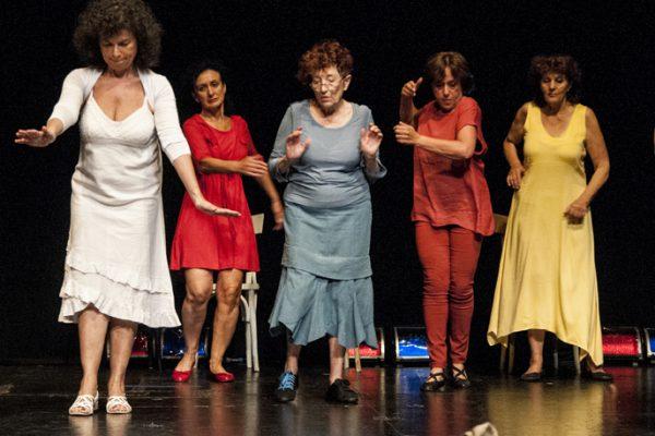 Cinque donne recitano sul palco