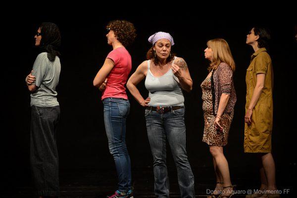Cinque studenti sul palco recitano