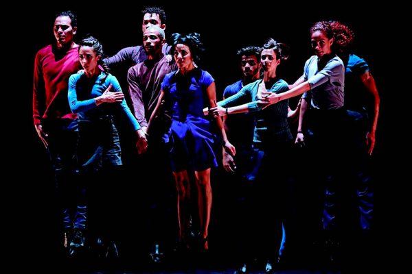danzatori in abiti colorati
