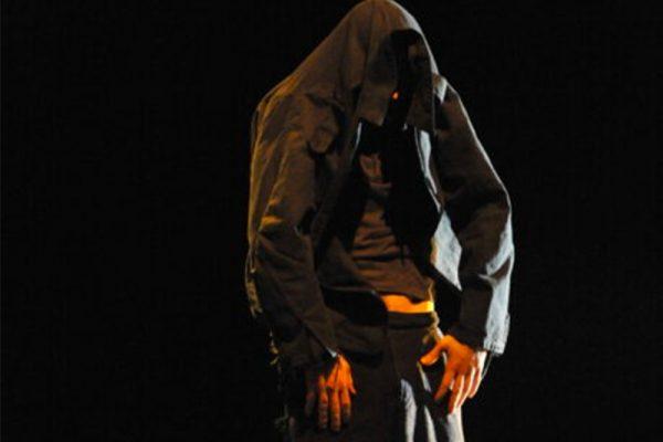 un uomo con la testa nascosta sotto la giacca