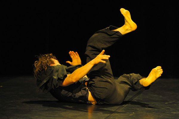 un uomo in terra con una gamba alzata
