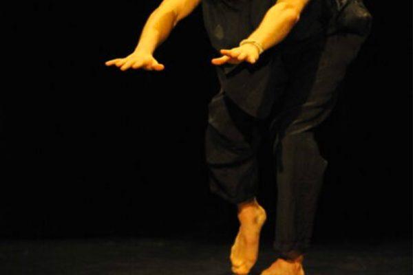 primo piano delle mani di un uomo che danza