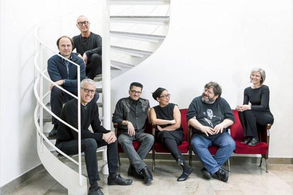musicisti seduti su una scala a chiocciola
