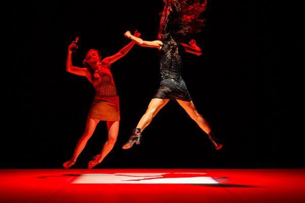due donne danzano