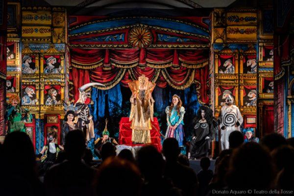nel teatro disegnato da Luzzati tutti gli attori in costume sono in scena