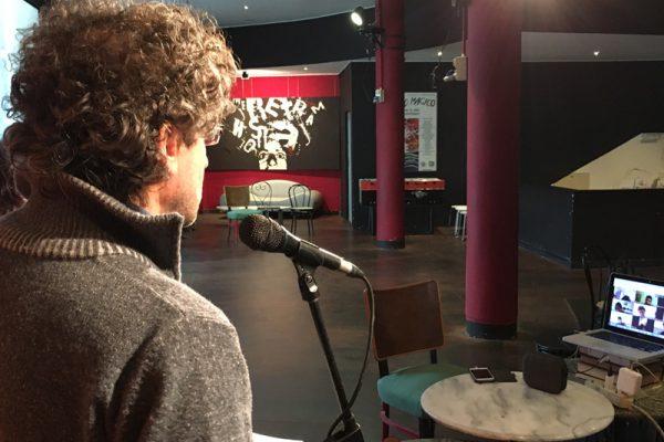 Pietro Fabbri legge al microfono
