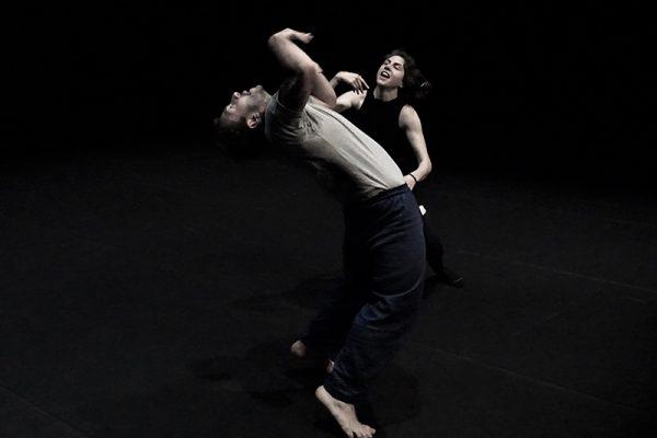 due danzatori, uno si curva all'indietro al contatto dell'altro