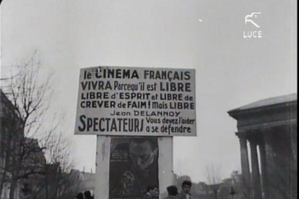 foto in bianco e nero di manifesti di protesta dei lavoratori dello spettacolo