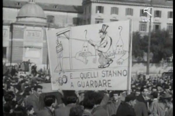 foto in bianco e nero di manifesti di protesta dei lavoratori dello spettacolo in manifestazione