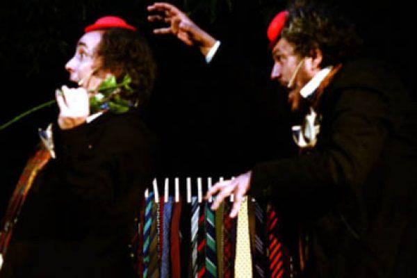 I due attori si inseguono. indossano un piccolo cappello rosso