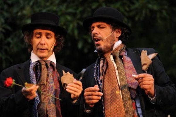 I due attori in scena con un piccolo cappello in testa