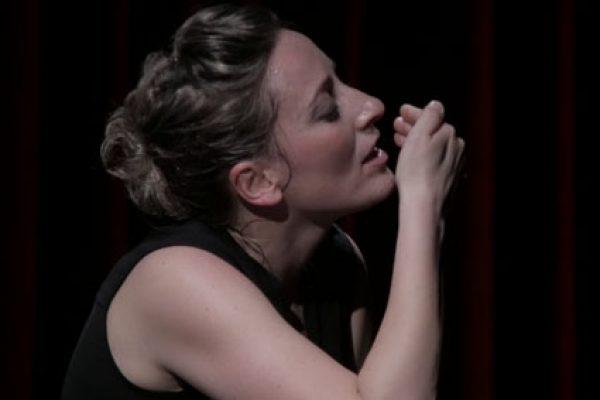 Barbara Moselli in scena simula un bacio