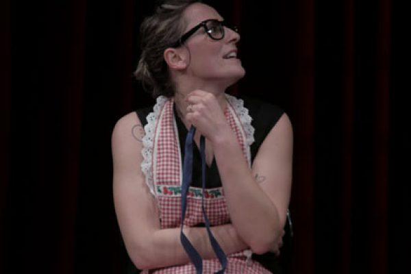 Barbara Moselli in scena indossa un grembiule a quadri