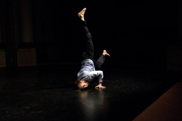 danzatore in una verticale