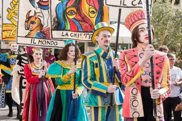 attori in costume durante la parata del Mistero dei Tarocchi
