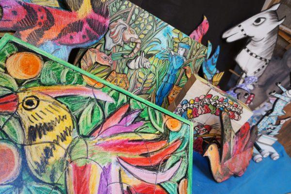 Oggetti e figure in carta colorate