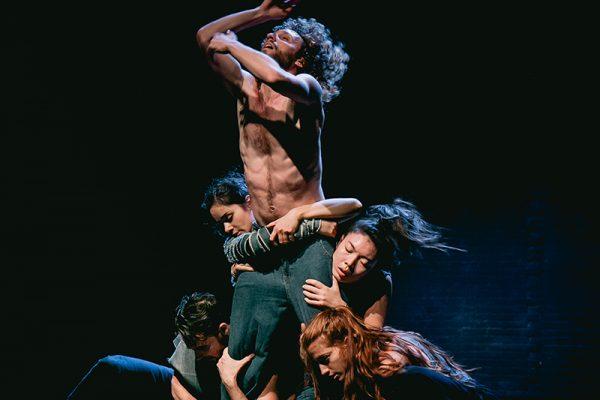 quattro danzatori sollevano un quinto
