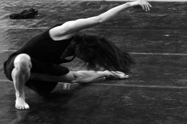 danzatrice in un passo di danza a terra