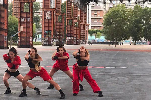 quattro danzatori vestiti di rosso in strada
