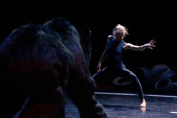danzatrice vestita di nero