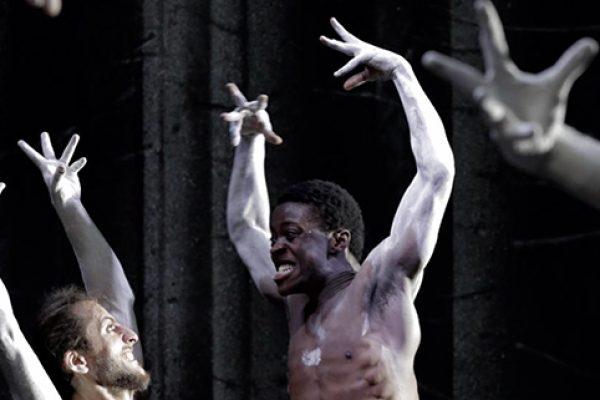 danzatore di colore a petto nudo con braccia alzate