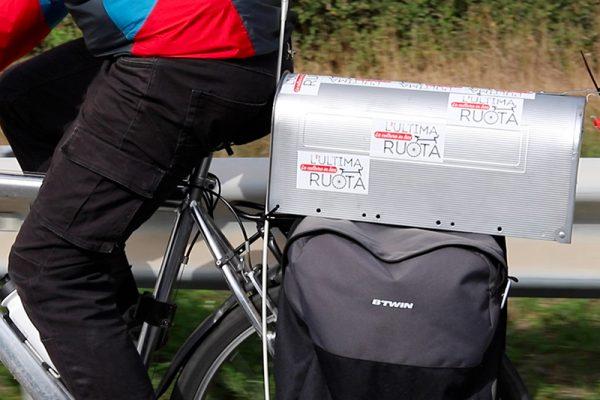 portapacchi della bicicletta con adesivi Ultima ruota