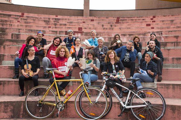foto di gruppo con biciclette in piano
