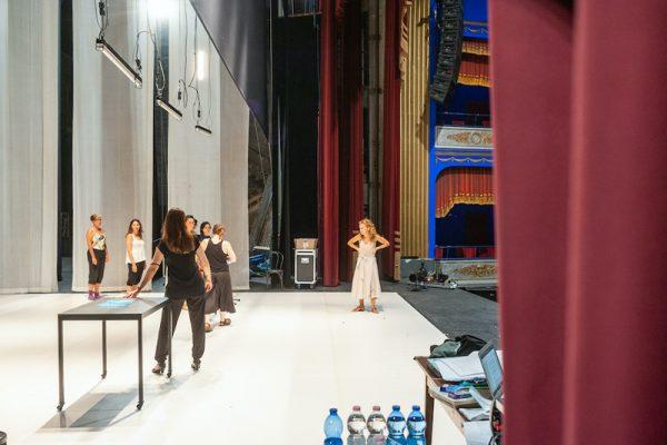 sul palco, attrici in prova con la regista Marcela Serli